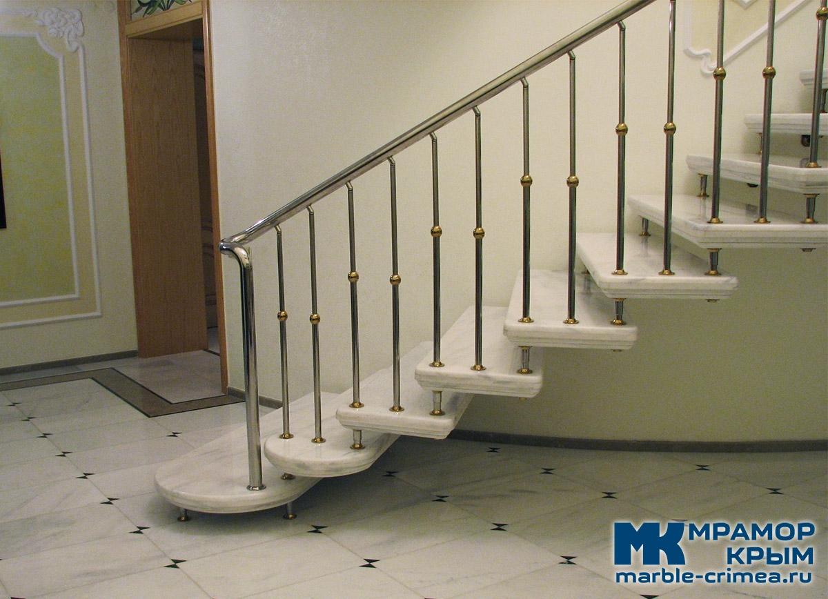 Мраморная лестница на больцах