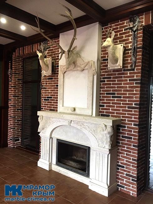 Портал для камина стиля модерн в охотничьем домике