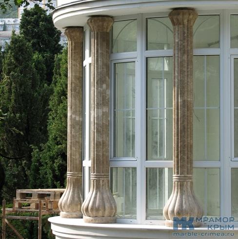 Фасадные колонны из мрамора в стиле модерн