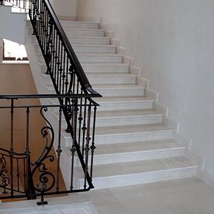 Мраморная лестница в средиземноморском стиле